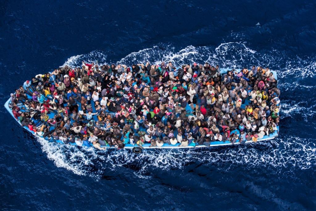 Italian navy rescues asylum seekers
